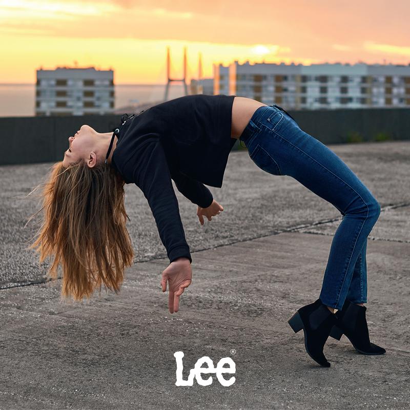 8e284cbf4c804f W maju tego roku, Lee przygotowało zajawkę obecnej kampanii Scarlett. W  spocie wystąpiły blogerki, które oprócz spodni miały na sobie T-Shirty z  nadrukiem ...
