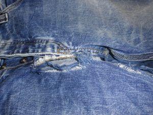 Przetarcia spodni jeansowych