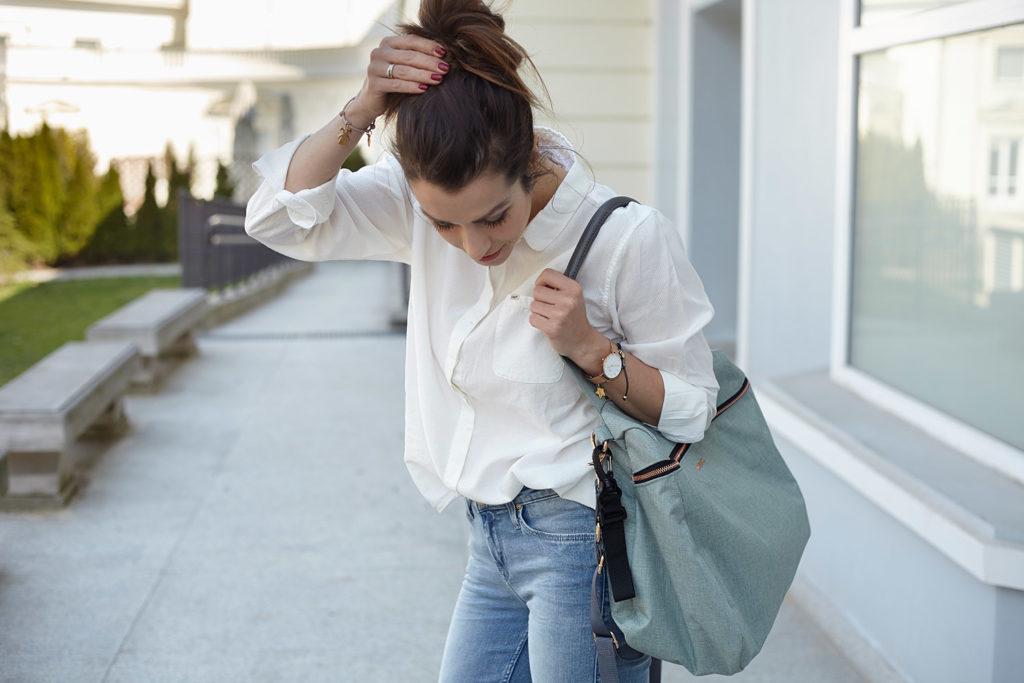Jeans z białą koszulą